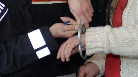 Einem Mitglied des Miri-Clans werden 2014 in einem Prozess um Drogenhandel im Landgericht Bremen die Handschellen abgenommen. Foto: Carmen Jaspersen/dpa