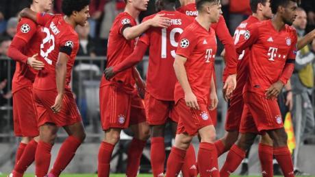 Die Münchner Spieler feiern das 1:0 durch Robert Lewandowski.