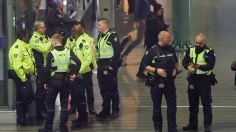 Niederländische Polizisten bei demEinsatz am Flughafen Schiphol. Foto: Peter Dejong/AP/dpa