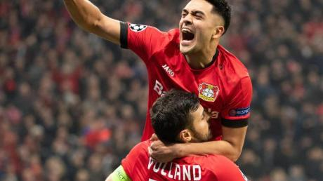 Leverkusens Kevin Volland (unten) freut sich mit Teamkollege Nadiem Amiri über sein Tor zum 2:0. Foto: Federico Gambarini/dpa
