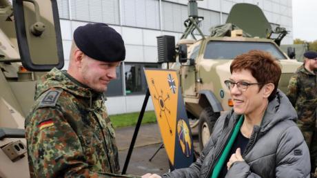 Bundesverteidigungsministerin Annegret Kramp-Karrenbauer bei einem Besuch des Bundeswehrstandorts Rheinbach. Foto: Oliver Berg/dpa