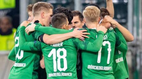 Mönchengladbachs Spieler freuen sich nach dem Treffer zum 1:0.