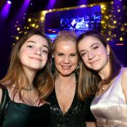 HAUPT_UK_Mimi und Josy mit Alexandra Holland.jpg