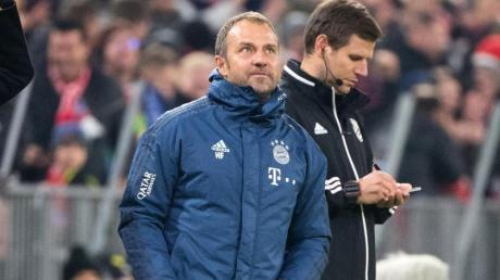 Münchens Interimstrainer Hansi Flick (l) jubelt über das Tor zum 4:0 gegen Borussia Dortmund.