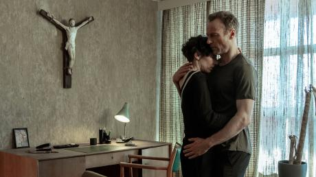 """Nina Rubin (Meret Becker) überrascht Karow (Mark Waschke) in einem Moment der Trauer: Szene aus dem Berliner Tatort """"Das Leben nach dem Tod"""", der heute im Ersten läuft."""