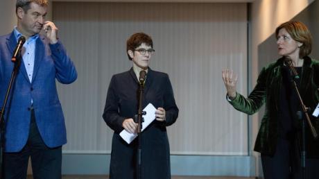 Annegret Kramp-Karrenbauer (M), CDU-Vorsitzende, Malu Dreyer (r), kommissarische SPD-Vorsitzende, und Markus Söder, CSU-Vorsitzender, geben nach dem Koalitionsausschuss Statements.