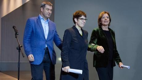 Annegret Kramp-Karrenbauer (M), CDU-Vorsitzende, Malu Dreyer (r), kommissarische SPD-Vorsitzende, und Markus Söder, CSU-Vorsitzender, gehen nach den Statements zum Koalitionsausschuss. Foto: Soeren Stache/dpa-Zentralbild/dpa