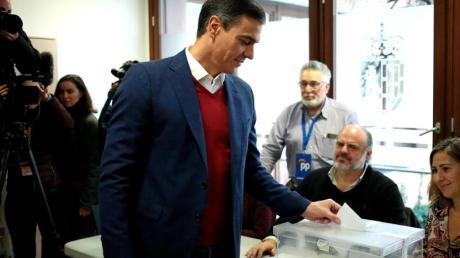 Pedro Sanchez (M), Premierminister von Spanien, gibt seinen Stimmzettel in einem Wahllokal ab. Foto: Juan Carlos/XinHua/dpa
