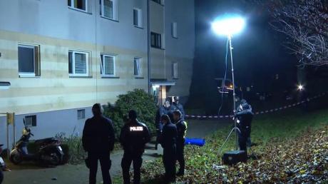 Polizisten vor dem Wohnhaus in Hamburg-Bramfeld, vor dem die Frauenleiche abgelegt wurde. Foto: TeleNewsNetwork/dpa