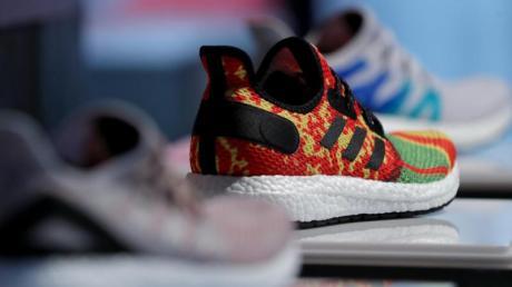 Laufschuhe wie diese hat Adidas in sogenannten Speed-Factorys produzieren lassen.
