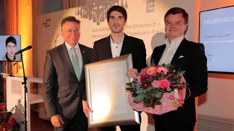 René Lauer bei der Preisverleihung mit den Stiftern des Preises, Ferdinand Wilhelm Thywissen (rechts) und Hans-Jürgen Petrauschke (Landrat Rhein-Kreis Neuss, links).