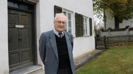 Monsignore Josef Philipp kümmert sich noch heute um seine Kirche, das Pfarramt und den Kindergarten St. Veronika. Heute feiert der Seelsorger seinen 90. Geburtstag