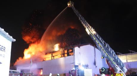 Diese Kfz-Halle ist in Oberkammlach (Unterallgäu) niedergebrannt.