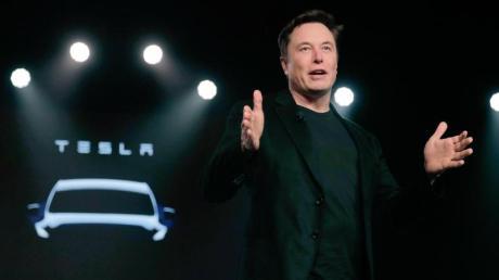 Teslas CEO Elon Musk spricht vor der Enthüllung des Teslas Modell Y in Teslas Designstudio in Hawthorne, Kalifornien. Foto: Jae C. Hong/AP/dpa