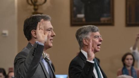 George Kent (l), Diplomat im US-Außenministerium, und William Taylor, geschäftsführender US-Botschafter in der Ukraine, werden vor ihrer Aussage vor dem US-Kongress vereidigt.