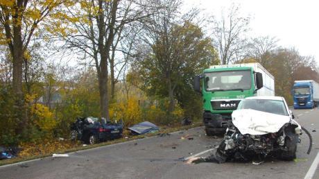 Das weiße Auto krachte frontal in das Auto des 20-jährigen Burgheimers (links). Der junge Mann hatte den Gegenverkehr übersehen, als er auf die Bundesstraße einbog.