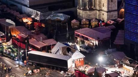 Eine Schneise der Verwüstung ist am 20. Dezember 2016 auf dem Weihnachtsmarkt am Breitscheidplatz in Berlin zu sehen, nachdem der Attentäter Anis Amri mit einem Lastwagen über den Platz gerast war.