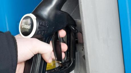 Griff zur Zapfsäule ohne Reue? Spätestens seit der Dieselaffäre stehen Autos mit Selbstzünder in Kritik. Foto: Andrea Warnecke/dpa-tmn