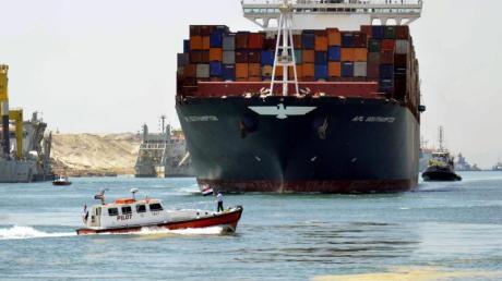 Im Suezkanal stauen sich Schiffe.