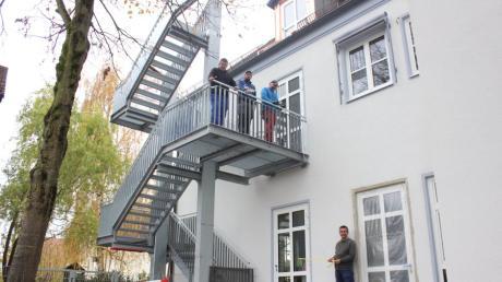 Bürgermeister Gerhard Mößner unten und die drei Mitarbeiter des Bauhofs auf der Treppe zeigen stolz die bisherigen Arbeiten an der Grundschule in Oberottmarshausen.