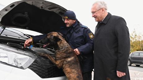 Bayerns Innenminister Joachim Herrmann (CSU)  mit einem Diensthundeführer und Schäferhund Max. An einer Kontrollstelle hat Herrmann über Einbruchskriminalität informiert.