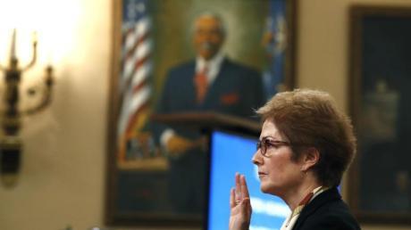 Wichtige Belastungszeugin:Marie Yovanovitch, die frühere US-Botschafterin in der Ukraine, wird vor ihrer Aussage im US-Kongress vereidigt. Foto: Alex Brandon/AP/dpa
