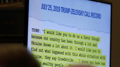 Effektvoll inszeniert:Bei der öffentlichen Anhörung werden Zitate von US-Präsident Trump aus einemTelefonat vom 25. Juli 2019 zwischen ihm und dem ukrainischen Präsidenten Selenskyj gezeigt. Foto: Alex Brandon/AP/dpa