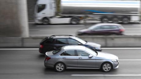 Fahrzeuge sind mit teils hoher Geschwindigkeit auf der dreispurig ausgebauten Autobahn 8 in Höhe Günzburg unterwegs.