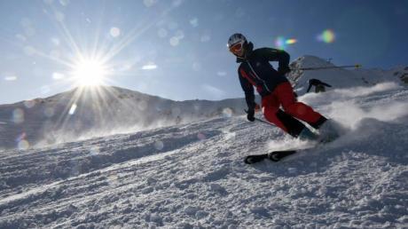 Die Skisaison auf Deutschlands höchstem Berg ist bei Neuschnee und strahlender Sonne gestartet. Das Wetter auf der Zugspitze meint es in diesem Jahr gut mit den Wintersportlern.