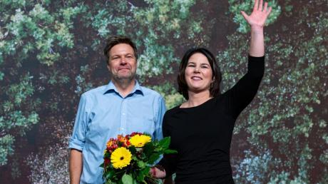 Die beiden wiedergewählten Bundesvorsitzenden von Bündnis 90/Die Grünen, Robert Habeck und Annalena Baerbock, stehen beim Bundesparteitag der Grünen mit Blumen auf der Bühne.