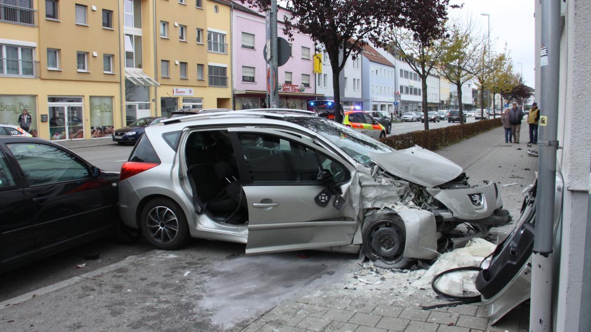 Auto fährt auf Gehweg und prallt gegen eine Hauswand - Augsburger Allgemeine