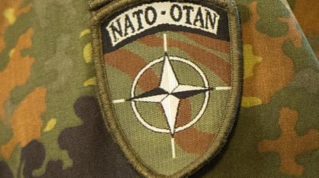 Ärmelabzeichen mit dem Symbol der Nato. Foto: Maurizio Gambarini/dpa