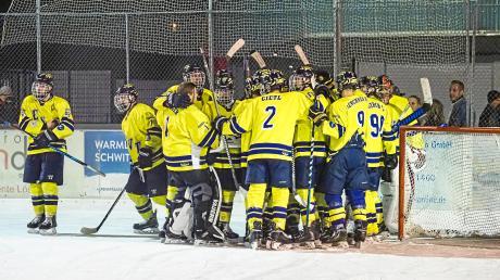 Die Spieler des ESV Türkheim bejubelten den 4:2-Sieg bei der SG Lindenberg/Lindau ausgiebig.