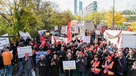 Osram-Beschäftigte haben sich zu einer Protestaktion vor der Osram-Konzernzentrale versammelt. Die Mitarbeiter aus mehreren bayerischen Standorten wollen sich mit ihrer Kundgebung gegen einen von Osram geplanten Abbau von 800 Arbeitsplätzen in Deutschland wehren.