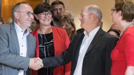 Die Kandidatenpaare Norbert Walter-Borjans (l) und Saskia Esken (2.v.l) sowie Olaf Scholz und Klara Geywitz. Foto: Jörg Carstensen/dpa