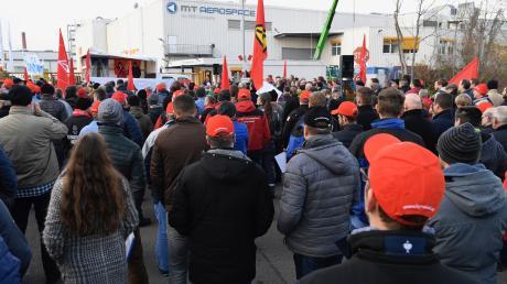 Mitarbeiter von MT Aerospace demonstrieren für Unterstützung aus der Politik.