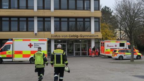 Drei Schüler wurden in der Aula des Justus-von-Liebig-Gymnasiums nach dem Gasaustritt im Beruflichen Schulzentrum ambulant behandelt.