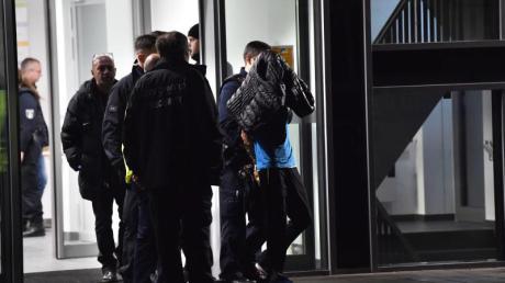 Polizisten nehmen den Tatverdächtigen in der Schlosspark-Klinik in Berlin-Charlottenburg fest. Foto: Paul Zinken/dpa