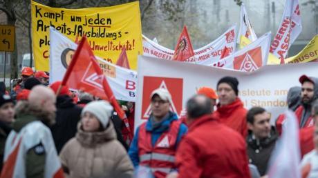 Die IG Metall spricht von rund 870 Demonstrations-Teilnehmern bei Continental. Sie waren von Standorten aus ganz Deutschland angereist.