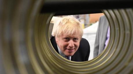 Liegt laut der Umfrage klar in Front: Der britische Premier Boris Johnson bei einem Fabrikbesuch im Wahlkampf.