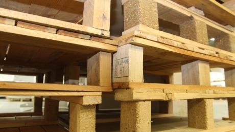 Aus einem Logistikzentrum in Graben werden an einem Sonntag 335 Paletten gestohlen. Warum der angeklagte Mitarbeiter nicht verurteilt wird.