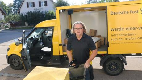 Die Deutsche Post trägt Briefe und Pakete in Pöttmes und Aindling seit zwei Jahren mit elektrischen Fahrzeugen aus. Postbote Janos Kreisz aus Ungarn freut sich darüber und findet die Autos praktisch. Er kann besser einsteigen und direkt die Bremse runterdrücken.