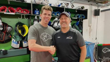 AEV-Coach Tray Tuomie und sein neuer Spieler Scott Kosmachuk.