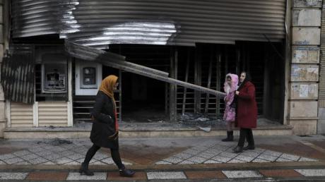 Eine ausgebrannte Bankfiliale in einemVorort von Teheran erinnert an die Proteste und Ausschreitungen in den vergangen Tagen imIran. Foto: Vahid Salemi/AP/dpa