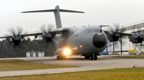 Die Bundeswehr hatte am Donnerstag einen Demo-Flug mit dem neuen Militärtransporter A400M organisiert, von dem zehn Maschinen schrittweise ab 2026 fest auf dem Lechfeld stationiert werden.