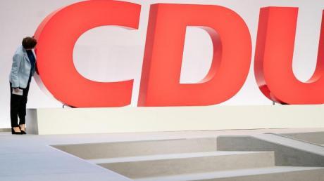 Das C ist da: Annegret Kramp-Karrenbauer besichtigt vor dem CDU-Bundesparteitag die Veranstaltungshalle in Leipzig.