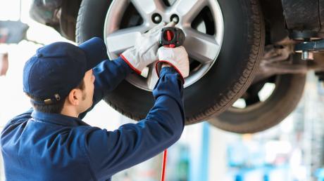 Da sitzt jeder Handgriff. Mit einem Reifenwechsel in einer professionellen Werkstatt geht man kein Risiko ein.