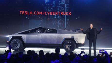 """Elon Musk, CEO von Tesla, stellt den """"Cybertruck"""" in Los Angeles vor. Die Panzerglas-Scheiben des Wagens sind aber nicht so stabil wie gedacht."""