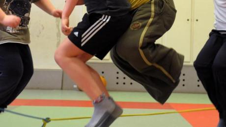 Kinder nehmen an einem Sportprogramm teil. Die große Mehrheit der Jugendlichen weltweit bewegt sich laut einer Studie zu wenig.