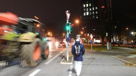 Ein 37-jähriger Raser war am Wochenende mit Tempo 220 auf der B2 unterwegs. Er flüchtete vor der Polizei. Nun muss er in eine psychatrische Einrichtung.